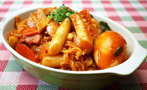 Thành phẩm là món bánh gạo cay vô cùng rực rỡ và thơm ngon.