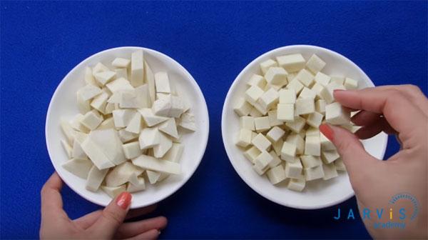 cắt nhỏ khoai môn thành các miếng hạt lựu
