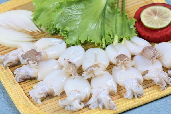 Chả mực Bá Kiến được làm từ loại mực ngon nhất của biển Hạ Long