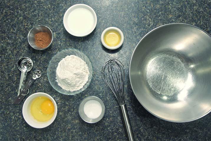 Chuẩn bị bột mì để làm bánh crepe sầu riêng