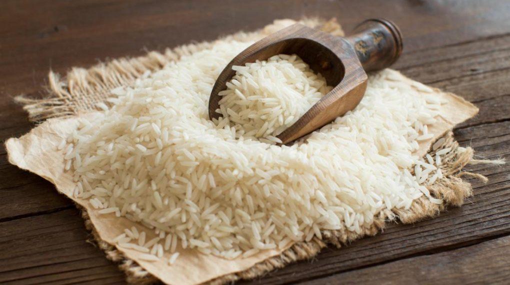 Chọn gạo làm bánh tráng (Nguồn: Internet)