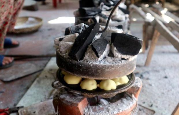 nướng bánh thuẫn bằng than củi