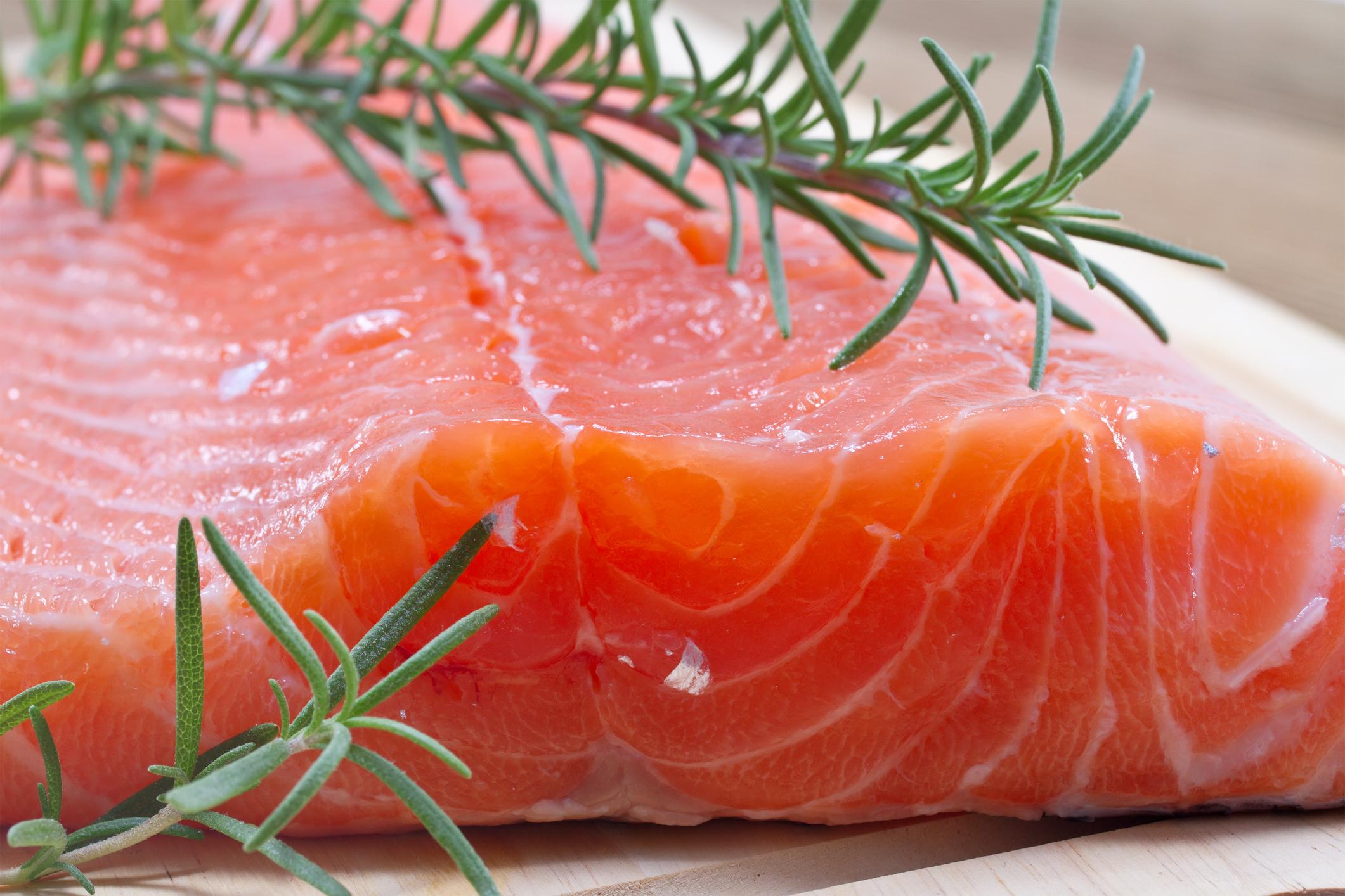 Làm thế nào để thịt cá hồi công nghiệp có màu đỏ hồng bắt mắt? - Ruybangtim.com