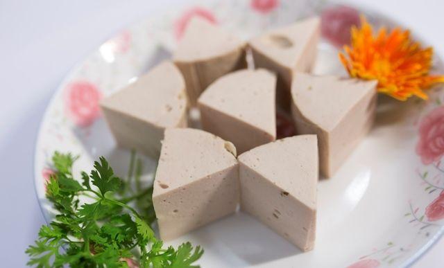 Trong mâm cơm của các gia đình Hà Nội, đĩa giò chả thường được đặt ở chính  giữa. | Vietnamese pork, Vietnamese cuisine, Pork sausage