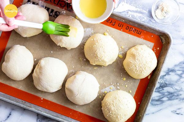 Quết lên bề mặt bánh lớp trứng và rắc vừng